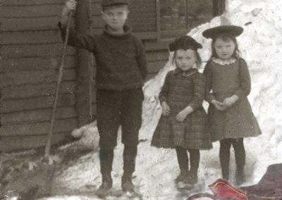 Mini 3 children in the snow
